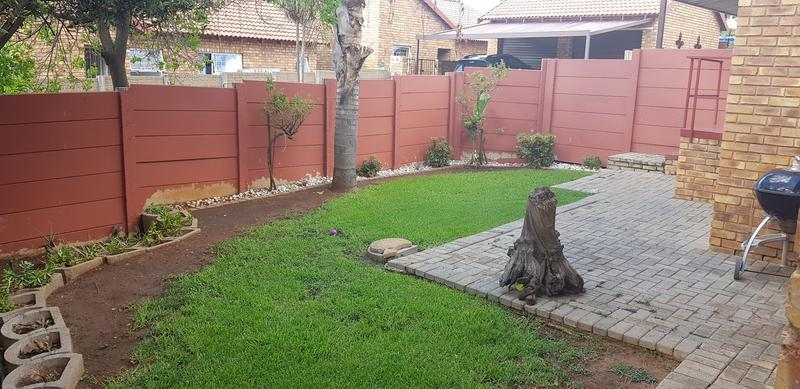 Property For Sale in Honeydew Ridge, Roodepoort 24